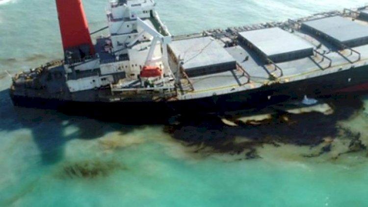 Hint Okyanusu'nda mercan kayalıklarına çarpan tankerden sızan petrol nedeniyle çevre felaketi yaşanıyor